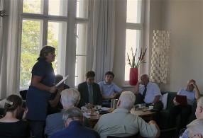Sieben Experten sind mit ihren Sichtweisen auf dem Podium vertreten.