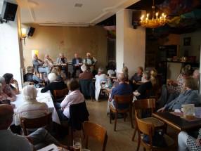 Das Thema Gesundheit interessiert viele - das Café ist gut besucht.
