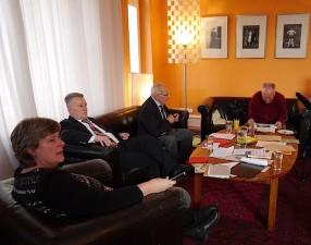 Dr. Hans Sandlaß und Prof. Dr. Wilhelm Riesner mit Katrin Rohnstock und Pro. Roesler im Generaldirektoren-Salon