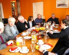 Diskutieren an der Kaffeetafel
