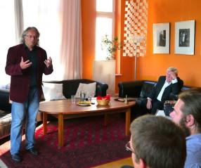Prof. Dr. Klaus Dörre hält seinen Vortrag im Salon von Rohnstock Biografien
