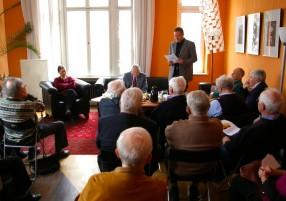Ralf Döscher eröffnet den Salon mit der Vorstellung des GDs Dr. Lothar Poppe