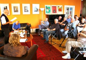 Dr. Herbert Richter hält seinen Vortrag im Salon von Rohnstock Biografien
