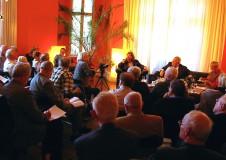 Herbert Roloff stellt sich den Fragen des Publikums