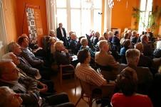 Der Salon mit GD Eckhard Netzmann ist bis auf den letzten Platz besetzt