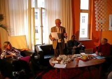 Eckhard Netzmann vor vollem Salon von seinen Erfahrungen als Generaldirektor des SKET