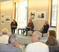 Christa Bertag (links) und Peter Zühlsdorff (rechts) sprechen über