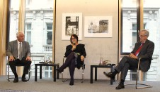 Prof. Dr. Heinrich von Pierer (rechts) und Eckhard Netzmann diskutieren über den