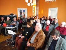 ein voller Saal lauscht den Erfahrungen Joachim Lezochs