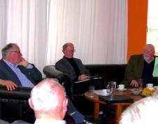 Herr Dr. Domagk, Prof. Maier und Herr Dr. Siegert bei der Diskussion im Generaldirektorensalon