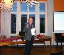 Dr. Klaus-Dieter Buss stellt sein Buch im Salon vor
