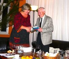 Katrin Rohnstock überreicht als Dank das frisch erschienene Buch Mein letzter Arbeitstag