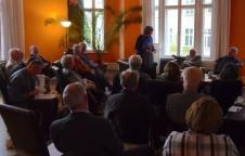 Katrin Rohnstock stellt die Gäste dem Publikum vor