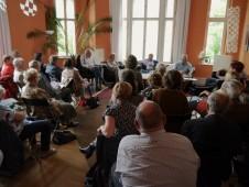 Viele Gäste haben eigene Erinnerungen an die Währungsunion und lauschen gespannt der Expertendiskussion.