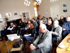 Das Publikum folgt aufmerksam den Äußerungen der Referenten.