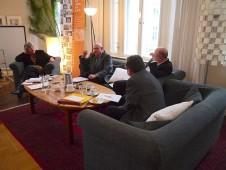 Winfried Noack (zweiter von links) erklärt den Anwesenden die DDR-Pharmaindustrie.