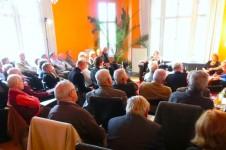 Ein voll besetzter Salon lauscht Christa Bertags Ausführungen